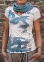 Wasserlilien und Koifische schweben auf den V-Ausschnitt T-Shirt
