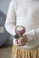 sebra Häkel-Rassel Blume, Schöne von Hand gehäkelte Blumenrassel.